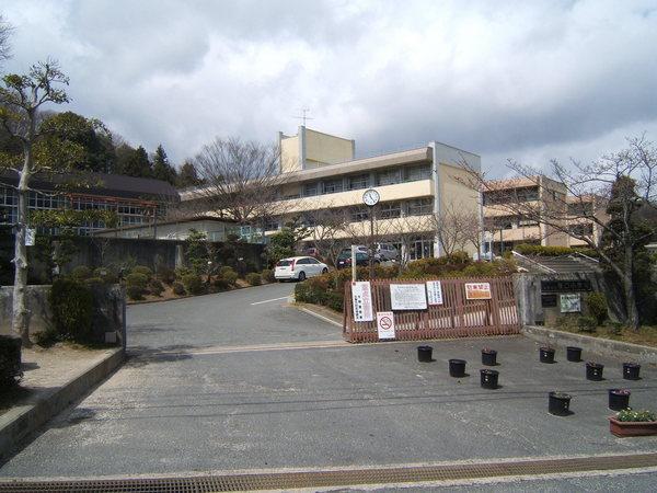 生駒市喜里が丘2丁目の中古一戸建の小学校画像