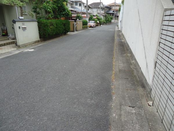 生駒市喜里が丘2丁目の中古一戸建の前面道路含む現地写真画像