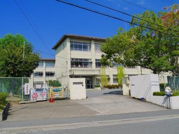 奈良市左京1丁目 中古一戸建の小学校画像