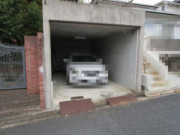 奈良市左京1丁目 中古一戸建の駐車場画像