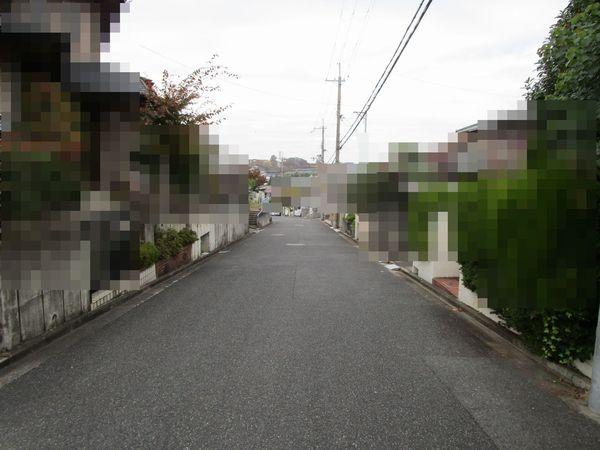 奈良市左京1丁目 中古一戸建の前面道路含む現地写真画像